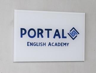 英会話教室のオープンにあたり、間仕切り・クロス・ブラインド・サイン等の内装工事を行いました!